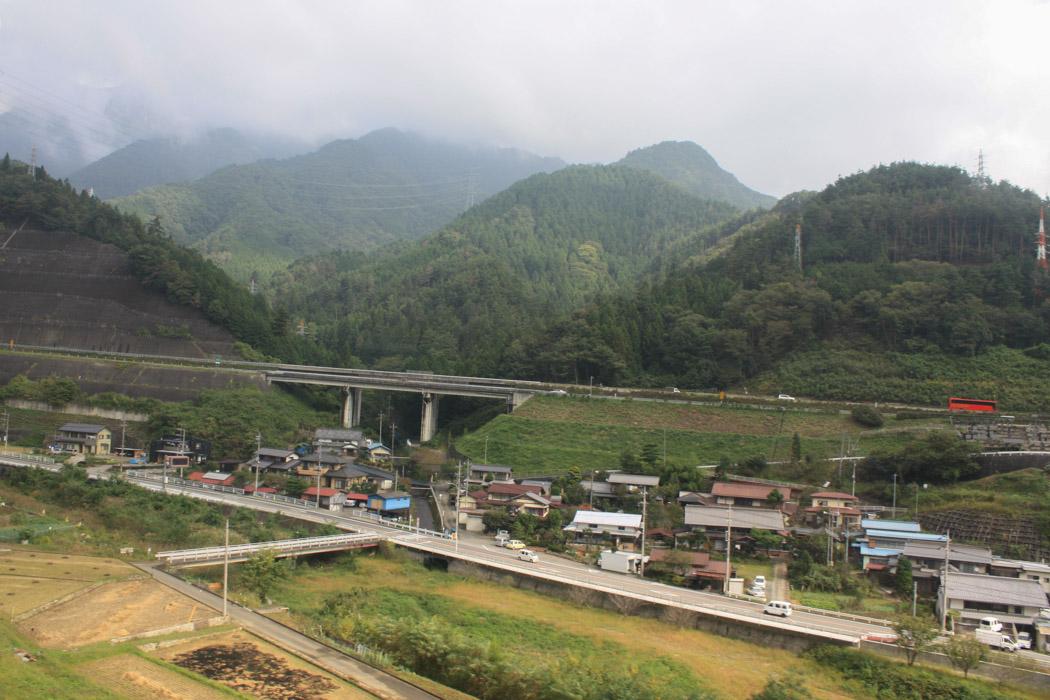 Landschaft mit Dorf in Japan nähe Tokyo