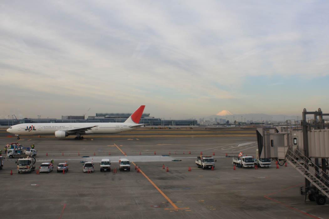 Blick vom Flughafen Haneda auf den Fuji
