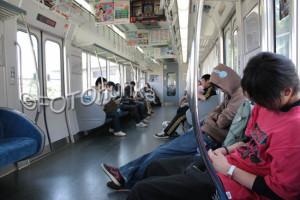 Typische Situation von schlafenden Personen beim Zugfahren in Japan