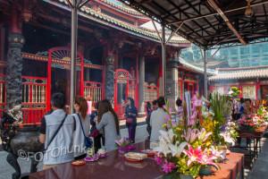 Feiertage in Taiwan - Ahnengedenktag im Longshan Tempel - TRAVELhunka